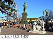 Купить «Памятник А. С. Пушкину в новогодние праздники на Пушкинской площади в Москве», эксклюзивное фото № 19341437, снято 28 декабря 2015 г. (c) lana1501 / Фотобанк Лори