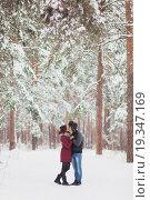 Купить «Молодая счастливая пара целуется в зимнем парке», фото № 19347169, снято 4 июня 2020 г. (c) Полина Белобородова / Фотобанк Лори