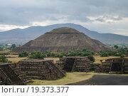 Купить «Пирамида Солнца, город майя Теотихуакан, Мексика ( Pyramid of the Sun. Teotihuacan, Mexico )», фото № 19373377, снято 3 февраля 2010 г. (c) Дымов Игорь / Фотобанк Лори
