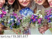 Букеты цветов в руках невесты и её подружек. Цветы в фокусе. Стоковое фото, фотограф Игорь Низов / Фотобанк Лори