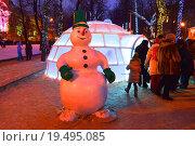 Купить «Снеговик и ледяная юрта на Тверском бульваре в Москве вечером», эксклюзивное фото № 19495085, снято 8 января 2016 г. (c) lana1501 / Фотобанк Лори