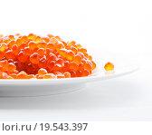 Купить «Красная кетовая икра в тарелке на белом фоне», фото № 19543397, снято 7 января 2016 г. (c) Алёшина Оксана / Фотобанк Лори