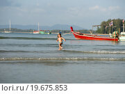 Девочка бежит по берегу океана. Таиланд. Стоковое фото, фотограф Евгений Андреев / Фотобанк Лори