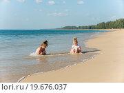 Девочки играют на берегу океана. Стоковое фото, фотограф Евгений Андреев / Фотобанк Лори