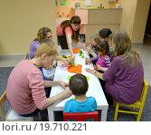 Купить «Дети делают самоделки вместе с родителями в студии творческого развития», фото № 19710221, снято 17 апреля 2014 г. (c) Ирина Борсученко / Фотобанк Лори