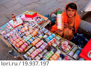 Купить «Indian woman selling bangels at Sadar Market, Jodh», фото № 19937197, снято 19 сентября 2018 г. (c) easy Fotostock / Фотобанк Лори