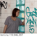 Купить «Teenager looks by a broken windowpane», фото № 19946397, снято 13 апреля 2009 г. (c) easy Fotostock / Фотобанк Лори