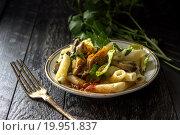 Паста с грибным соусом на темном фоне. Стоковое фото, фотограф Daodazin / Фотобанк Лори