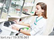 Купить «pharmacist chemist woman working in pharmacy drugstore», фото № 19978061, снято 25 октября 2011 г. (c) Дмитрий Калиновский / Фотобанк Лори