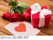 Купить «close up of gift box, red roses and greeting card», фото № 20089397, снято 10 декабря 2015 г. (c) Syda Productions / Фотобанк Лори
