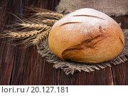 Круглый хлеб с колосьями на деревянном столе. Стоковое фото, фотограф Татьяна Зарубо / Фотобанк Лори