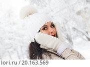Купить «Девушка в лесу среди заснеженных деревьев», фото № 20163569, снято 13 января 2016 г. (c) Момотюк Сергей / Фотобанк Лори
