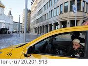 Купить «Москва, такси у Никольского храма, метро Белорусская, зимним днём», эксклюзивное фото № 20201913, снято 1 января 2016 г. (c) Дмитрий Неумоин / Фотобанк Лори