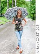 Купить «Юная девушка стоит под зонтиком на аллее», эксклюзивное фото № 20221533, снято 26 июня 2015 г. (c) Игорь Низов / Фотобанк Лори