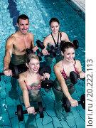 Fit people doing an aqua aerobics class. Стоковое фото, агентство Wavebreak Media / Фотобанк Лори