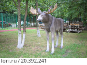 Купить «MOSCOW - AUG 13, 2014: Garden sculpture elk in the territory of College of Hospitality and Management in Moscow», фото № 20392241, снято 13 августа 2014 г. (c) Losevsky Pavel / Фотобанк Лори