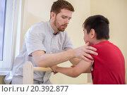 Купить «Doctor supports the child during treatment», фото № 20392877, снято 27 июня 2014 г. (c) Losevsky Pavel / Фотобанк Лори