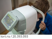 Купить «boy tests his eyes at Auto-Ref-Keratometer», фото № 20393093, снято 27 июня 2014 г. (c) Losevsky Pavel / Фотобанк Лори