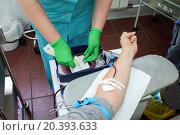 doctor marks a package into which donor donates blood. Стоковое фото, фотограф Losevsky Pavel / Фотобанк Лори