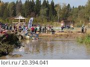 Купить «RUSSIA, PUSHKINO – 20 SEP, 2014: Off-road vehicle is driving in pond at Rainforest Challenge Russia Autumn 2014 PRO-X at sunny day.», фото № 20394041, снято 20 сентября 2014 г. (c) Losevsky Pavel / Фотобанк Лори