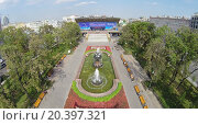 Купить «MOSCOW - AUG 12, 2014: Park with a fountain on Pushkin Square near the cinema Russia, aerial view», фото № 20397321, снято 12 августа 2014 г. (c) Losevsky Pavel / Фотобанк Лори