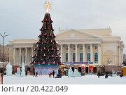 Купить «Новогодняя елка на площади перед театром драмы в Тюмени», фото № 20422049, снято 15 января 2016 г. (c) Землянникова Вероника / Фотобанк Лори