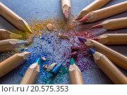 Цветные карандаши со стружками на сером фоне. Стоковое фото, фотограф Тамара Наянова / Фотобанк Лори