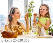Купить «Children hang easter egg on cherry branch.», фото № 20620305, снято 30 марта 2014 г. (c) Gennadiy Poznyakov / Фотобанк Лори