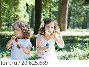 Дети пускают мыльные пузыри в летнем парке. Стоковое фото, фотограф Оксана Лозинская / Фотобанк Лори