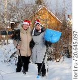 Женщины с лопатами на дачном участке зимой. Стоковое фото, фотограф Юрий Морозов / Фотобанк Лори