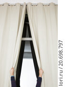Руки раздвигают шторы на окне. Стоковое фото, фотограф Виктор Колдунов / Фотобанк Лори