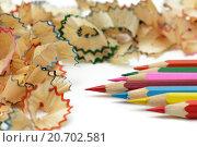 Заточенные цветные карандаши и стружка. Стоковое фото, фотограф Виктор Колдунов / Фотобанк Лори