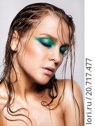 Девушка с мокрыми волосами и ярким макияжем закрыла глаза. Стоковое фото, фотограф Nikolay Safronov / Фотобанк Лори