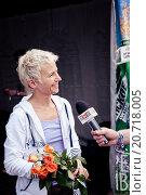 Купить «Светлана Сурганова дает интервью телеканалу ТНТ на фестивале Нашествие-2012», эксклюзивное фото № 20718005, снято 7 июля 2012 г. (c) Ольга Визави / Фотобанк Лори