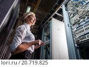 Купить «Молодая женщина-инженер в серверной комнате», фото № 20719825, снято 29 декабря 2015 г. (c) Mark Agnor / Фотобанк Лори
