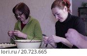 Купить «Женщины лепят пельмени», видеоролик № 20723665, снято 19 января 2016 г. (c) Валентин Беспалов / Фотобанк Лори