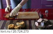 Купить «Женщина панирует рыбные стейки», видеоролик № 20724273, снято 27 ноября 2015 г. (c) Валентин Беспалов / Фотобанк Лори