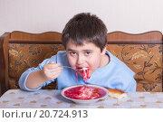 Купить «Мальчик 9 лет ест борщ со сметаной», эксклюзивное фото № 20724913, снято 20 января 2016 г. (c) Emelinna / Фотобанк Лори