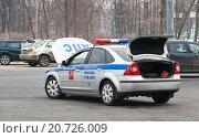 Автомобиль ДПС с открытыми багажником и капотом (2012 год). Редакционное фото, фотограф Алёшина Оксана / Фотобанк Лори