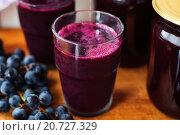 Купить «Консервированный виноградный сок», фото № 20727329, снято 3 октября 2013 г. (c) Татьяна Ворона / Фотобанк Лори