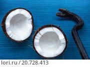 Половинки кокоса и лом на синем фоне. Стоковое фото, фотограф Виктор Колдунов / Фотобанк Лори