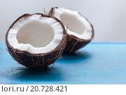 Две половинки кокосового ореха. Стоковое фото, фотограф Виктор Колдунов / Фотобанк Лори