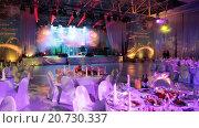 Купить «Накрытые столы с едой и напитками для торжественного приема на выставке Металл-Эскпо 2015. ВДНХ, Москва», видеоролик № 20730337, снято 21 января 2016 г. (c) Кекяляйнен Андрей / Фотобанк Лори