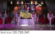 Купить «Выступление танцевальной группы в стиле кабаре на сцене во время торжественного приема выставки Металл-Экспо 2015, Москва», видеоролик № 20730341, снято 21 января 2016 г. (c) Кекяляйнен Андрей / Фотобанк Лори