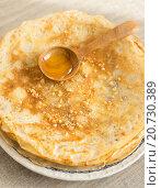 Блины и деревянная ложка с мёдом. Стоковое фото, фотограф Анна Курзаева / Фотобанк Лори