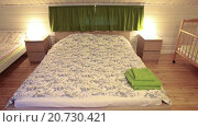 Купить «Интерьер спальной комнаты с отделкой под дерево», видеоролик № 20730421, снято 21 января 2016 г. (c) Кекяляйнен Андрей / Фотобанк Лори