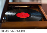 Купить «close up of vintage record player with vinyl disc», фото № 20732105, снято 1 декабря 2015 г. (c) Syda Productions / Фотобанк Лори