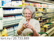 Купить «Smiling senior woman using smartphone», фото № 20733889, снято 15 апреля 2015 г. (c) Wavebreak Media / Фотобанк Лори