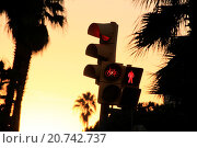 Купить «Traffic light on red. Avenida Diagonal, Barcelona, Catalonia, Spain», фото № 20742737, снято 1 января 2000 г. (c) age Fotostock / Фотобанк Лори