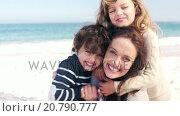 Купить «Mother and children playing on the beach», видеоролик № 20790777, снято 23 августа 2019 г. (c) Wavebreak Media / Фотобанк Лори